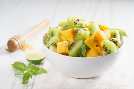 kom verse gezonde fruitsalade, mango en kiwi