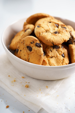 chocolate chip: chocolate chip cookies in a bowl Stock Photo