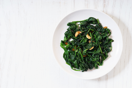 Sauteed spinach with garlic on white plate 版權商用圖片