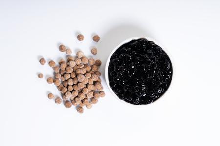 Perlas de azúcar morena, bolas de tapioca, en taza de cerámica blanca