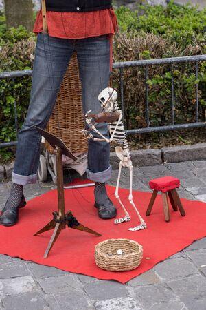 Lucerne, Suisse 10 juin 2013: Lady Busker divertit les touristes avec sa marionnette squelette jouant du violon