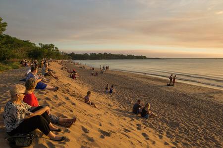 2014 年 5 月 15 日、オーストラリアのダーウィン: 多くの人が座るし、ミンディル ・ ビーチに沈むを見る 報道画像