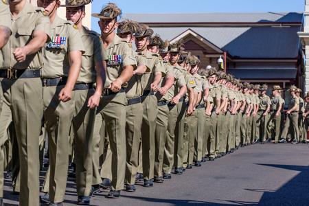 チャーター タワー、オーストラリア 2015 年 4 月 25 日: Anzac 日パレード町の目抜き通りを行進している兵士。 報道画像