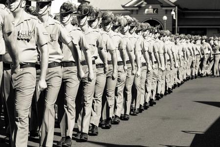 Charters Towers, Australia 25 Avril, 2015: Anzac Day Parade avec des soldats marchant dans la rue principale de la ville. Banque d'images - 56611072
