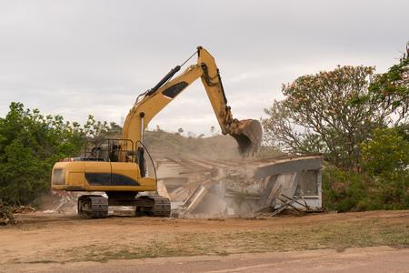 ブルドーザーは、再建するために古い家をノックダウン