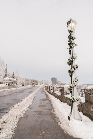 Lamp post at Niagara Falls with Christmas decorations 스톡 콘텐츠