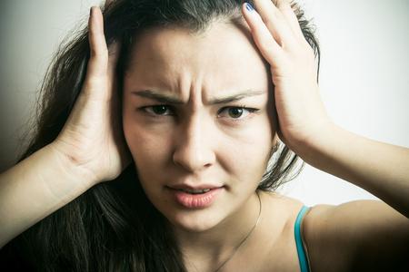 dolor de cabeza: Una mujer con un dolor de cabeza