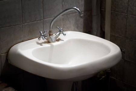 toilet sink: antiguo receptor de mal olor sucio en una letrina sucia