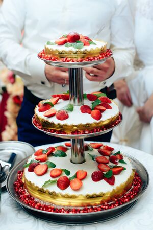 storey: three-storey wedding cake with strawberries 1