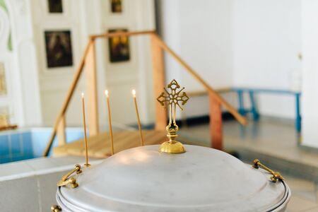 Iglesia ortodoxa parafernalia, fuente, iconos, cruz, sala de oración dentro de la iglesia 1
