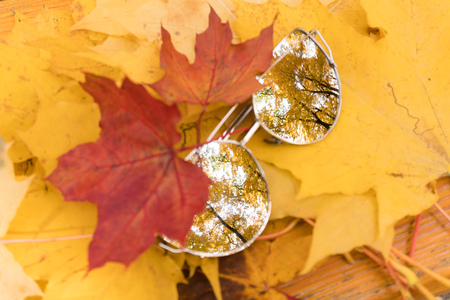 sunglasses lie on yellow autumn maple leaves Banque d'images - 111774788