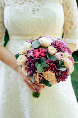 beautiful wedding bouquet with gold rings, bridal accessories 1 Banque d'images - 117185674