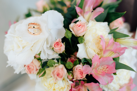 beautiful wedding bouquet with gold rings, bridal accessories 1 Reklamní fotografie