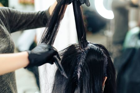 stylists work with the hair of a girl in a beauty salon Banque d'images