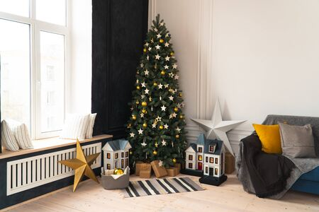Christmas decor with toys decorated Christmas tree Фото со стока - 133782936