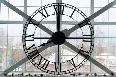 huge mechanical clock on the window in the room Фото со стока - 136863506