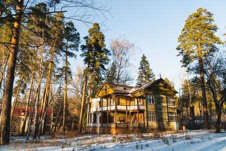 an old abandoned house in a pine winter forest Фото со стока - 136863304