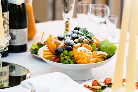 Fruit plate on the table with wine and glasses 1 Фото со стока - 136864777