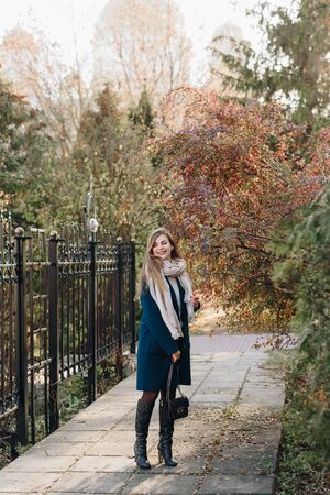 beautiful fashionable young girl in the Park in autumn in Sunny weather Archivio Fotografico