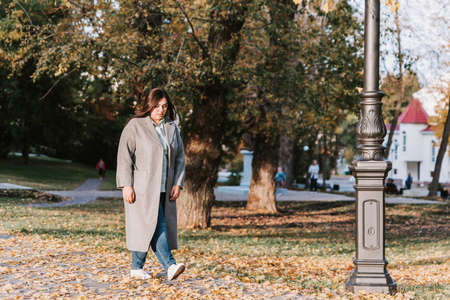 A young adult girl walks in the autumn Park Standard-Bild