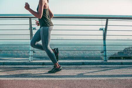 Szybki profesjonalny biegacz na moście pień fotografia