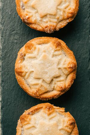 Top view of three mince pies with snowflake ornament Zdjęcie Seryjne