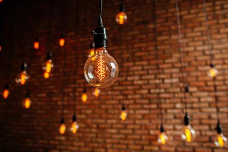電球エジソン フィラメント レトロ ビンテージのレンガ壁の背景に芯を取り除きます。照明の装飾