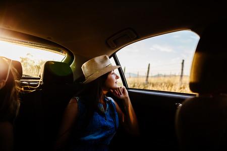 vaquero: viajes mujer y soñar en coche en sombrero de vaquero con la luz del sol en las montañas