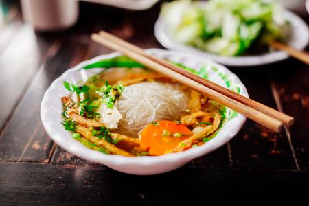 chinesisch essen: vegetarische Nudelsuppe pho traditionelle vietnamesische Küche
