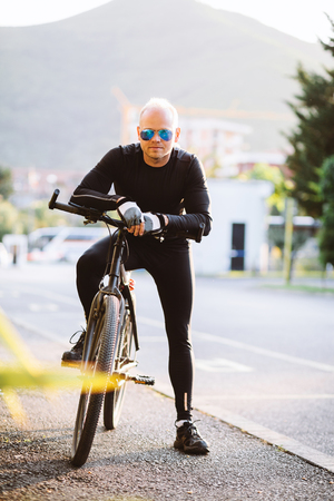 ropa deportiva: retrato del hombre del estilo de la bicicleta en ropa deportiva negro Foto de archivo