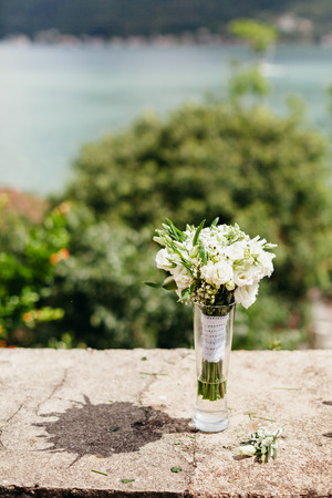 Weiße Blumen-Bouquet Im Freien Mit Bergen Hintergrund Lizenzfreie ...