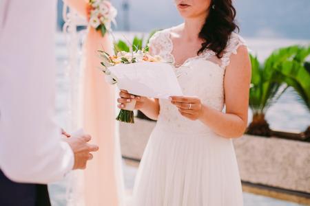 vows: bride reading wedding vows. Wedding ceremony Stock Photo