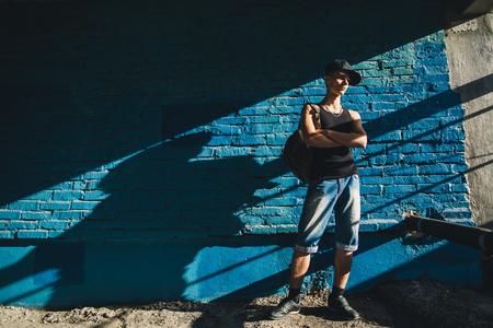 adolescente caminar con mochila. adolescente hip hop a pie de calle. Foto de archivo