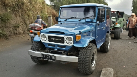 toyota: blue hardtop toyota jeep at mt bromo