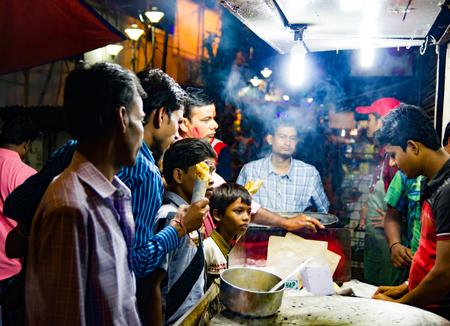September, 2017,Kolkata,India. Customers buying egg roll at a stall in kolkata at night. Stock Photo - 102269218