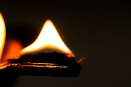 Close up macro image d'une lampe à huile feu flamme