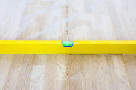 Check liquid vial indicator or horizontal marker evenness laid parquet floor. The completion of the laying of parquet flooring in the House Stok Fotoğraf - 118411071