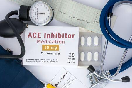 """Fármaco inhibidor de la ECA para sangre, para la prevención o profilaxis de enfermedades vasculares del corazón o de los vasos. Embalaje de píldoras con la inscripción """"medicamento inhibidor de la ECA"""" en la mesa"""