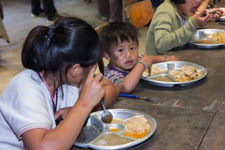 bambini poveri: cibo 12 Novembre 2013 bambini poveri non identificati in Thailandia sono stati donati - Chiangmai, Tailandia Editoriali