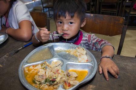 bambini poveri: Chiangmai, Thailandia - 12 Novembre 2013 bambini poveri non identificati in Thailandia sono state donate bambini che mangiano cibo gustoso