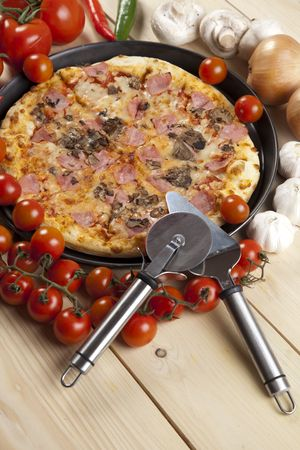 A couple of delicious pizzas, with raw tomatoes, green peppers and mushrooms Stock Photo - 4953884