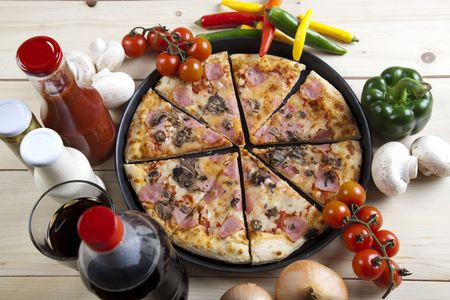 A couple of delicious pizzas, with raw tomatoes, green peppers and mushrooms Stock Photo - 4953940