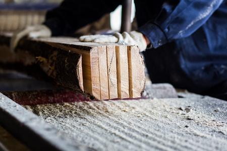 herramientas de trabajo: Máquina de sierra de mesa electrónicos, Sharp Cut acero del metal de plata en la carpintería de madera trabajo. Foto de archivo