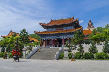 劉鼎龍山寺外の風景を見る