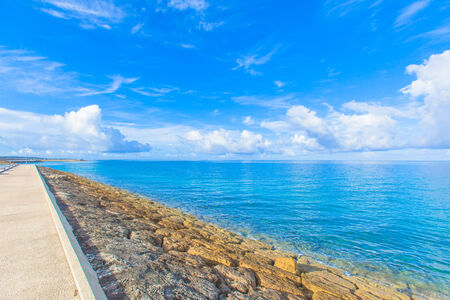 breakwater: Carretera Rompeolas en el mar Foto de archivo