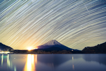 Mount Fuji, Lake Shojiko and star trails of winter stars 免版税图像 - 28376424