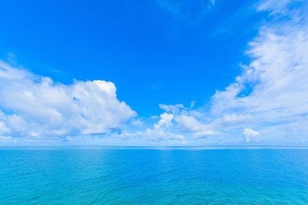 雲と青い海