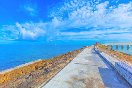 breakwater: Rompeolas con bancos y el horizonte Foto de archivo