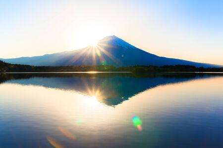 Inverted Mount Fuji reflected in Lake Tanukiko and sun rise 免版税图像 - 33801688