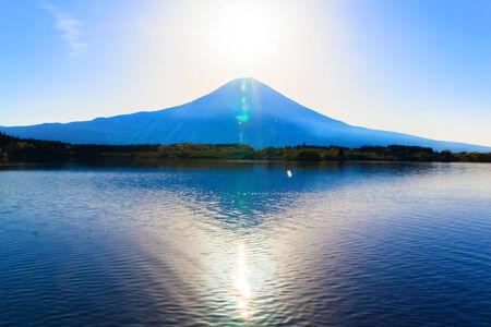 Inverted Mount Fuji reflected in Lake Tanukiko and sun rise 免版税图像 - 33826367